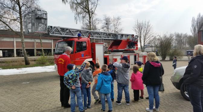 Bunder Feuerwehrdrachen erkunden die Feuerwehr Leer.